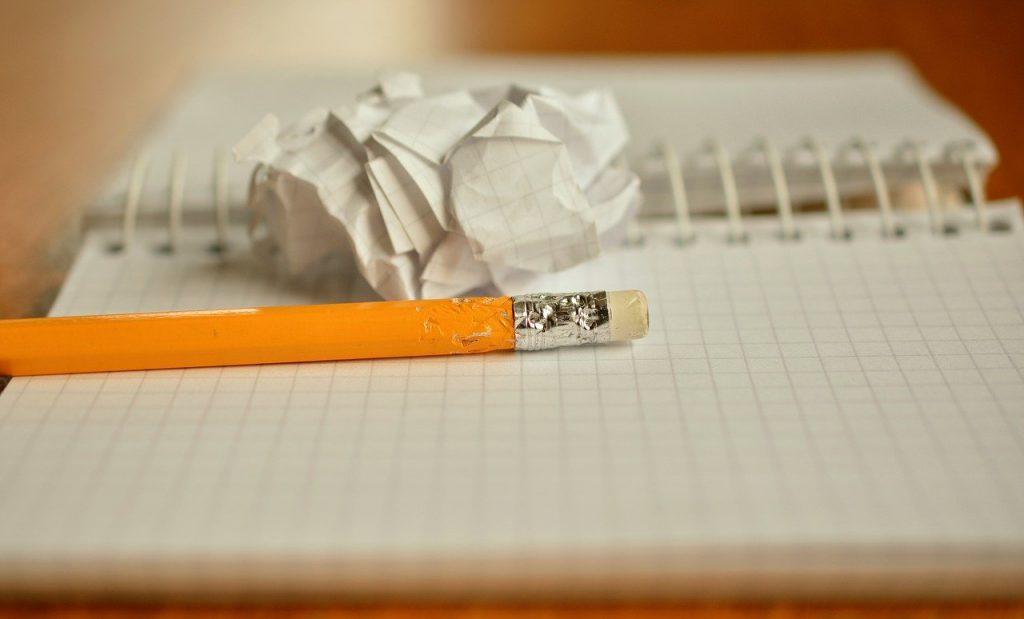 crayon, ordinateur portable, froissé